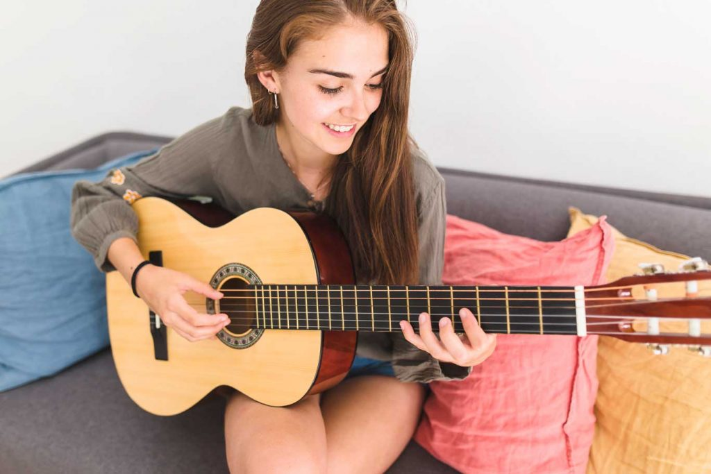 Beginner's guide to how to hold a guitar