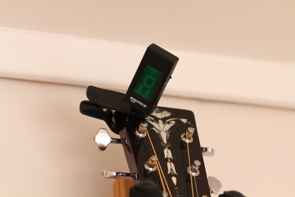 How electronic guitar tuners work